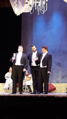 """M.Fösel (re.) als """"Eisenstein"""" mit P.Landgraf als """"Frank"""" (li.) und B.Agovi als """"Falke"""" (Mitte) ."""
