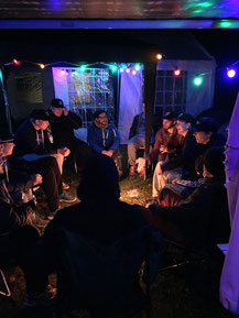 Jens (Mitte, blaue Jacke) erzählt seine GrandSlam Geschichte.