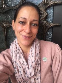 Natalie Neu - Distributor beim Direktvertrieb Herbalife mit rosa Strickjacke und Schal