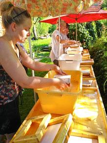 Papier schöpfen im Papiermacher Garten in Mattsee
