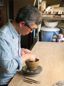 陶器を制作している陶芸家伊東正明