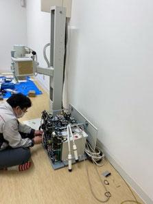 たなべ内科クリニックに導入されたレントゲン装置をSHIMAZUのスタッフさんが組み立てている写真。