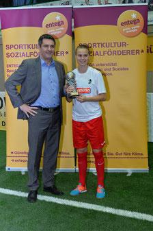 Stefan Steinmetz vom Namensgeber ENTEGA mit der Spielerin des Turniers, Klara Bühl. Foto: Klaus Schwabenland