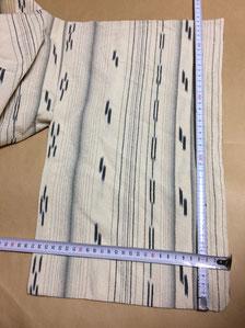 お客さまご自身で水洗いしてしまい、ギュ~ッと縮んだ縮緬素材の単着物が届いた際に撮影した採寸の風景
