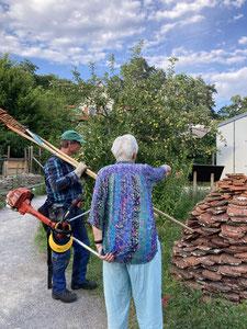Marianne & Gerhard besprechen die Mähflächen