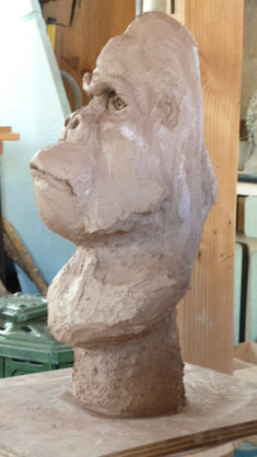 "Sculpture représentant un grand singe en terre crue - "" Caco "" -"