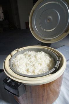 ※写真は3升釜。10名毎に1升以上の炊き立てあっつあつのご飯を配達します。