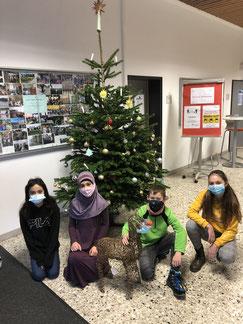 Ceren, Hymeyra, Paul und Angelina aus der Klasse 5RH1 schmückten in diesem Jahr den Weihnachtsbaum.