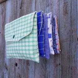 pochette artisanale avec bavoir fait main et cuillere pour bebe