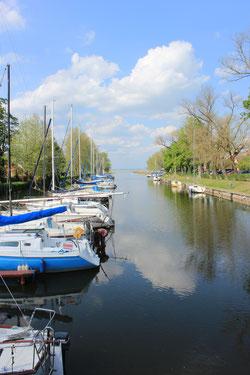 Boote am Kanal von Balatonmariafürdö