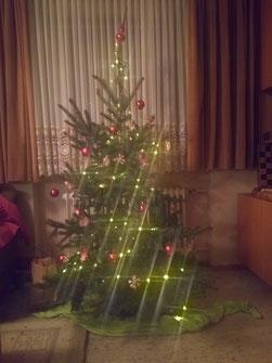 Bild eines wunderschön leuchtenden Weihnachtsbaum.
