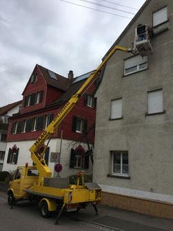Anbringen von Mauerseglerkästen; Foto: J.Schäufele