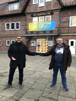 SJR-Vorsitzender Achim Biesenbach (li.) übergibt den Beamer an Daniel Mezger,  Grömitz-Lagerleiter und Jugendwart im TSV - Foto: SJR