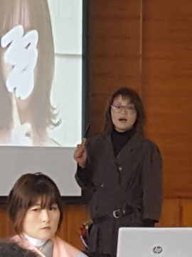 小畑理恵講師(大分)を招いて、宮崎県理容組合日向支部講習が開催された(2019.12.2)