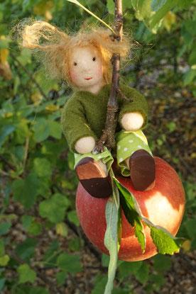 Apfelkind, Biegepüppchen, Puppenhauspuppe, Filzpuppe, gefilzte Puppe, Susanne Schillinger, Jahreszeitentisch, Puppe für Jahreszeitentisch