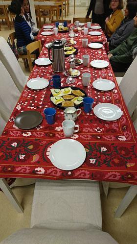 Frühstückstisch bei der Caritas
