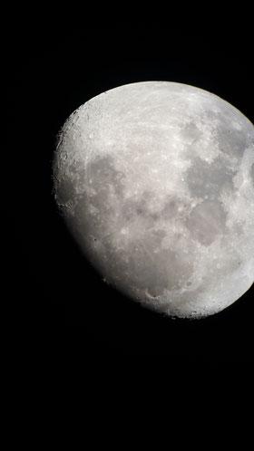 Mond fotografiert mit der Smartphonekamera durch ein Teleskop