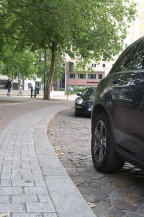 Parkstreifen am Universitätsplatz mit parkenden Autos