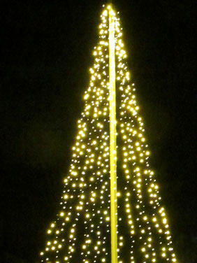 旗を掲げるポールも光のツリーに変身