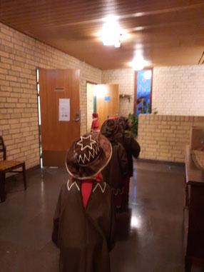 Kinder an Lucia in der Schule