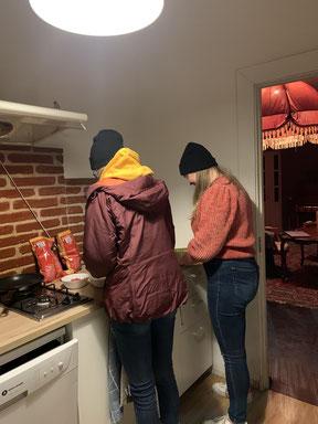 Isabells Mitpraktikantin Julia und ihre Freundin Trui beim gemeinsamen Kochen in der Einsatzstelle