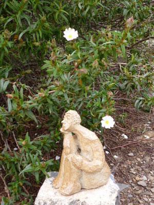 Personnage grès -Caco- jouant les nains de jardin ...