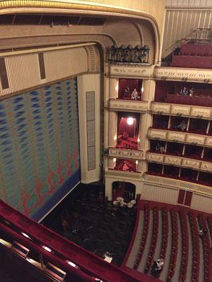 Die Wiener Staatsoper, Blick von der Galerie seitlich in den Orchestergraben und Zuschauerraum, rund 20 Minuten vor Vorstellungsbeginn.