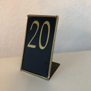 Tischnummern auf Metalltafel mit goldener Zahl für Hochzeitstische aus Verleih in Bielefeld