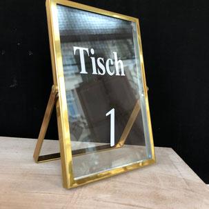 Tischnummer in goldenem Bilderrahmen mit aufgedruckter Nummer als Mietobjekt