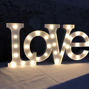 Aus Verleih ein Leuchtschriftzug mit dem Wort Love mit Batterie