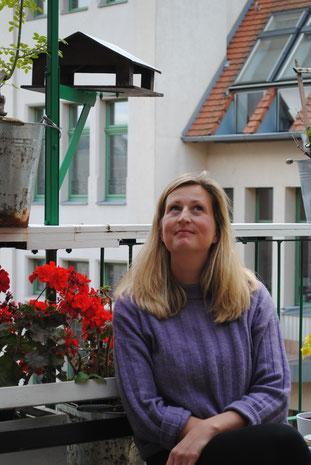 Anne an ihrem Lieblingsort im Schauspiel Leipzig – dem grünen Balkon. Hier kann fast zu jeder Jahreszeit etwas Sonne getankt, das Mittagessen eingenommen oder mit Kollegen geplaudert werden.