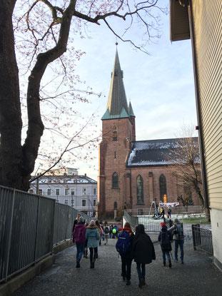 Auf dem Pausenhof von St. Sunniva - im Hintergrund die katholische Kirche St. Olav