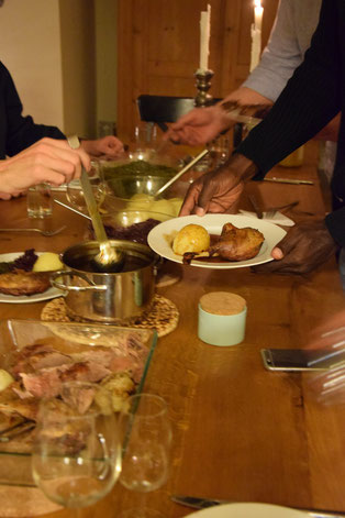 Bild: Weihnachtsessen mit der Familie. Ente und Rotkohl mit Manschettenknöpfen.