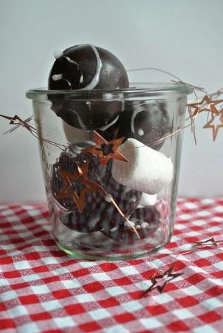 Ein Glas voll hot chocolate bombs selber machen