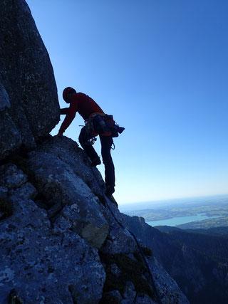 in leichter Kletterei Richtung Gipfel
