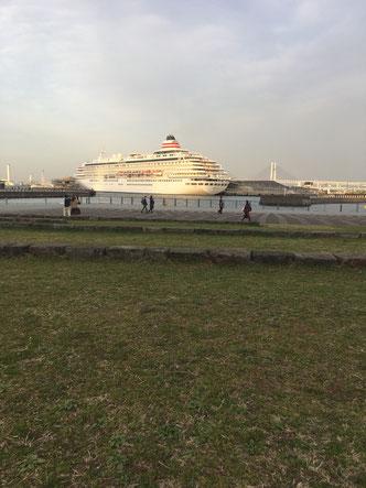 象の鼻パークから見える横浜大桟橋と、停泊する豪華客船飛鳥。2021.3.17