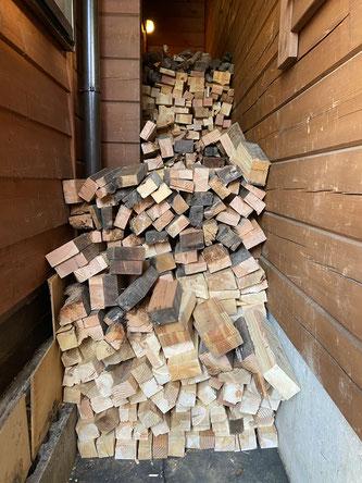 まだまだ奥にも大量の薪を積み上げてあります。