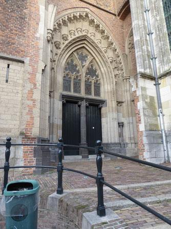 Stevenskerk zuiderportaal - bij de middenstijl loopt de grens van energielijn Beel. De post-it op de voorgrond hoort er niet bij.