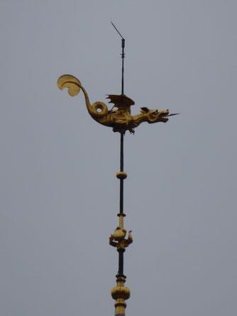Tournai - de Illustere Gouden Draak op de top van het  Belfort.