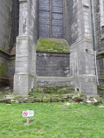 Doornik - Onze-Lieve-Vrouwekathedraal - gotisch koor: enkele steunberen aan de noordoostkant.