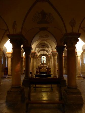 Tien zuilen centraal in de crypte van Rolduc