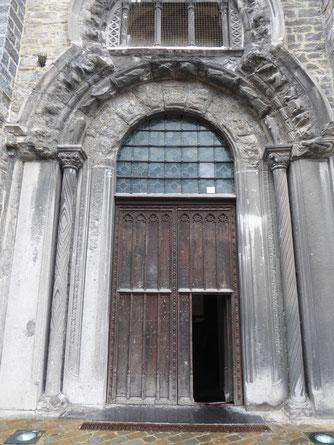 Tournai - Onze-Lieve-Vrouwekathedraal - Porte du Capitole met sluitsteen, zonder de steigers! Foto: Thea-Warrior 25 juli 2021.