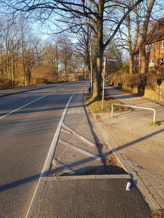 Auch Radfahrer müssen auf die enge Straße