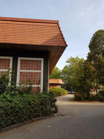 Zugang vom Parkplatz zum Eingang der Fröbelschule