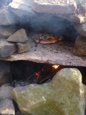 Brotbacken draußen, Selbstgemachter Pizzaofen, Selbstgebauter Brotofen, Survival Brotbacken, Bushcraft Brotbacken, Notfallofen, Ofen improvisiert, Ofen für Krisenzeiten, Ofenbau mit Kindern