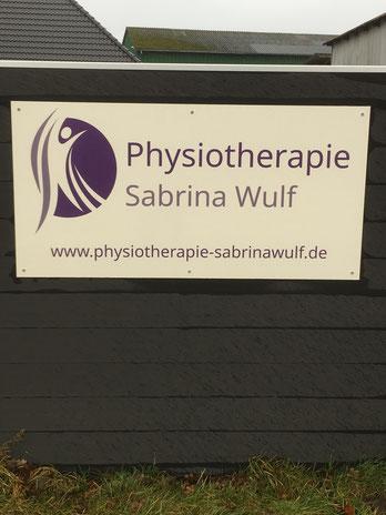 Das neue Schild der Physiotherapie Sabrina Wulf in Handewitt macht es jetzt noch leichter, die Praxis zu finden