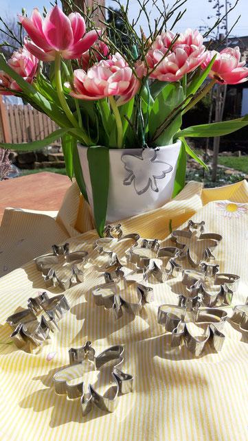 Die Bienenausstecherle präsentiert vor einem schönen Blumenstrauß.