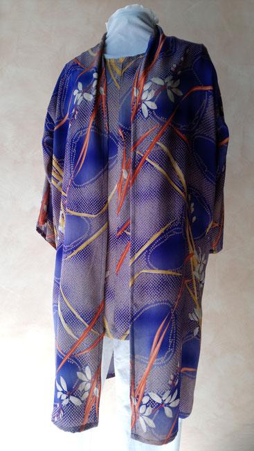 Long manteau de femme en soie doux.