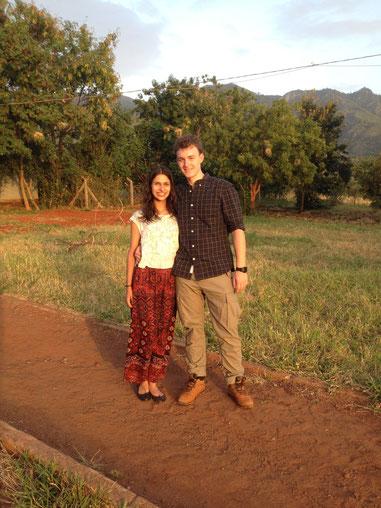 Simon und Leila vor der Kulisse der Pare-Berge
