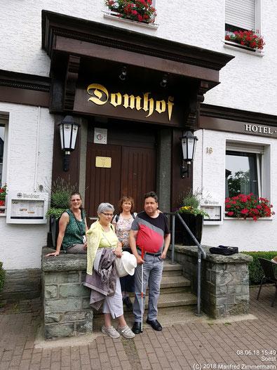 """Gruppenfoto vor dem Eingang unseres Reise-Domizils, Hotel-Restaurant """"Domhof"""" in Soest"""